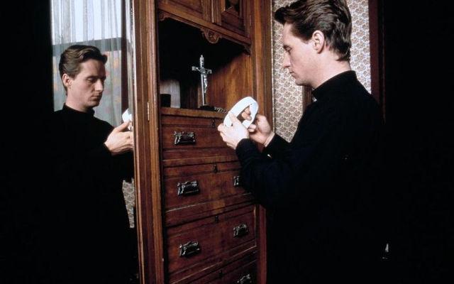 Der Priester   Gay-Film 1994 -- schwul, Coming Out, Homophobie, Homosexualität im Film, Queer Cinema, Stream, deutsch, ganzer Film, legal -- FILM-BILD